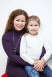 Étreindre le portrait de fille de mère et d'école maternelle Images libres de droits