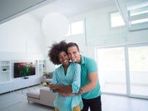 Étreindre multi-ethnique de couples image libre de droits