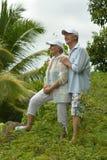 Étreindre plus âgé heureux de couples Image stock