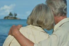 Étreindre plus âgé heureux de couples Image libre de droits