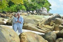 Étreindre plus âgé heureux de couples Photos libres de droits
