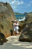 Étreindre plus âgé heureux de couples Photo libre de droits