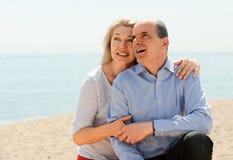 Étreindre plus âgé heureux de couples extérieur Photographie stock libre de droits