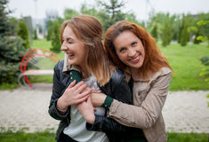 Étreindre riant de deux femmes Images stock