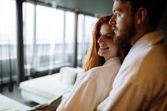 Étreindre romantique de couples images libres de droits