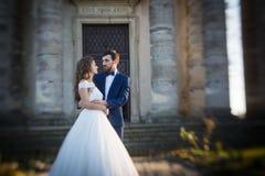 Étreindre romantique sensuel de jeunes mariés de nouveaux mariés Photo libre de droits