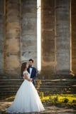 Étreindre romantique sensuel de jeunes mariés de nouveaux mariés Images stock