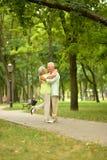 Étreindre supérieur heureux de couples Image stock