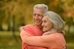 Étreindre supérieur heureux de couples Images stock
