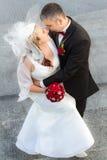 Étreindre un jeune couple dans l'amour Photo libre de droits