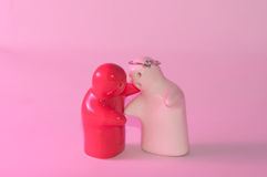 Étreinte aérienne rouge et blanche de poupée en céramique de mariage d'anneau de sentiment Photo stock