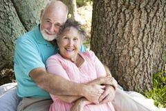 Étreinte affectueuse d'aînés Image libre de droits