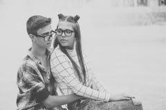 Étreinte affectueuse d'adolescents de couples Photos libres de droits