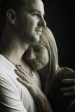 Étreinte d'amants, sécurité, photo noire et blanche Images stock