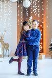 Étreinte d'enfants blanc de soeur d'isolement par frère de fond Noël heureux de concept, nouveau Y Image libre de droits