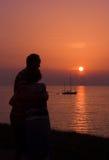 Étreinte dans le coucher du soleil Photos stock