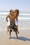 Étreinte de couples d'Afro-américain sur la plage Photographie stock