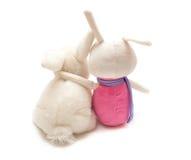 Étreinte de deux lapins de jouet Photographie stock libre de droits