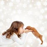 Étreinte de fille d'enfants de Noël un crabot de brun de chiot Images stock
