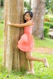 Étreinte de fille l'arbre Photographie stock libre de droits