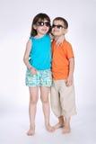 Étreinte de garçon et de fille sur le fond blanc Image libre de droits