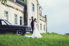 Étreinte de jeunes mariés Images stock