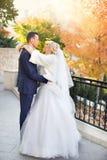 Étreinte de jeunes mariés sur une promenade dans la campagne pour une promenade Photos libres de droits