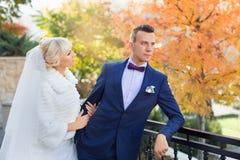 Étreinte de jeunes mariés sur une promenade dans la campagne pour une promenade Photos stock