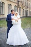 Étreinte de jeunes mariés sur une promenade dans la campagne pour une promenade Images stock