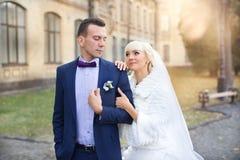 Étreinte de jeunes mariés sur une promenade dans la campagne pour une promenade Images libres de droits