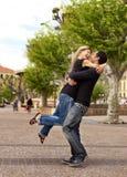 Étreinte de levage - couple européen heureux Photo libre de droits
