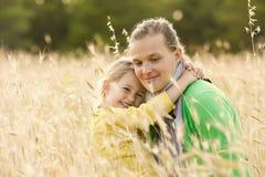 Étreinte de liaison de mère et de fille Photographie stock