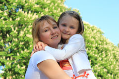 Étreinte de mère et de fille Image libre de droits