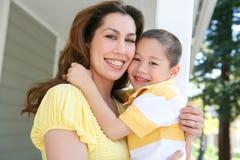 Étreinte de mère et de fils Photographie stock libre de droits