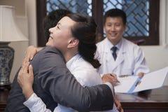 Étreinte de patient et de conjoint aux bonnes actualités Images stock