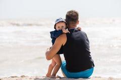 Étreinte douce de petit garçon et de père photographie stock libre de droits