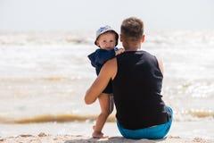 Étreinte douce de petit garçon et de père images libres de droits