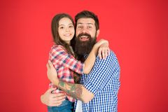 Étreinte douce Père barbu d'homme et fille mignonne de petite fille sur le fond rouge Célébrez le jour de pères Valeurs familiale photos stock