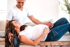 Étreinte enceinte de couples et ventre enceinte de prise photos libres de droits
