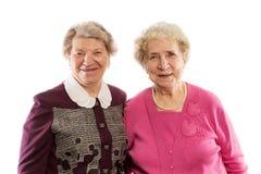 Étreinte et rire d'amis plus âgés Photos libres de droits