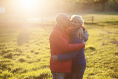 Étreinte et sourire heureux de couples d'aînés ; Images libres de droits