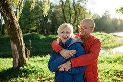Étreinte et sourire heureux de couples d'aînés ; Photo libre de droits