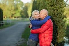 Étreinte et sourire heureux de couples d'aînés ; Images stock