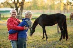 Étreinte et sourire heureux de couples d'aînés ; Photos libres de droits