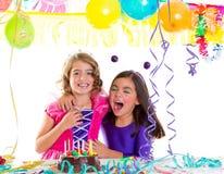 Étreinte heureuse d'enfants dans rire de fête d'anniversaire Image libre de droits