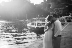 Étreinte heureuse de couples dans le port en Italie Photo stock