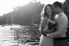Étreinte heureuse de couples dans le port en Italie Photographie stock libre de droits