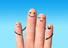 Étreinte heureuse de famille sur le fond bleu. Photos libres de droits