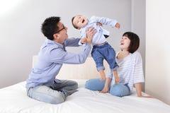 Étreinte heureuse de père son fils à la maison Photos libres de droits