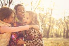 Étreinte heureuse Enfants au parc Images libres de droits